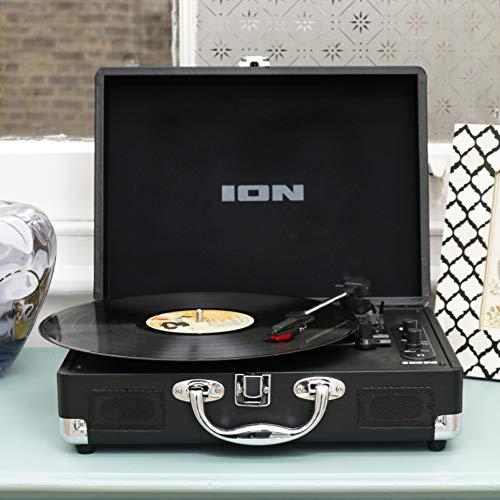 ION Audio Vinyl Motion Air - Retro Plattenspieler mit Lautsprecher / Bluetooth Plattenspieler Koffer mit wideraufladbarem Akku und Vinyl zu MP3 Konvertierungsoftware
