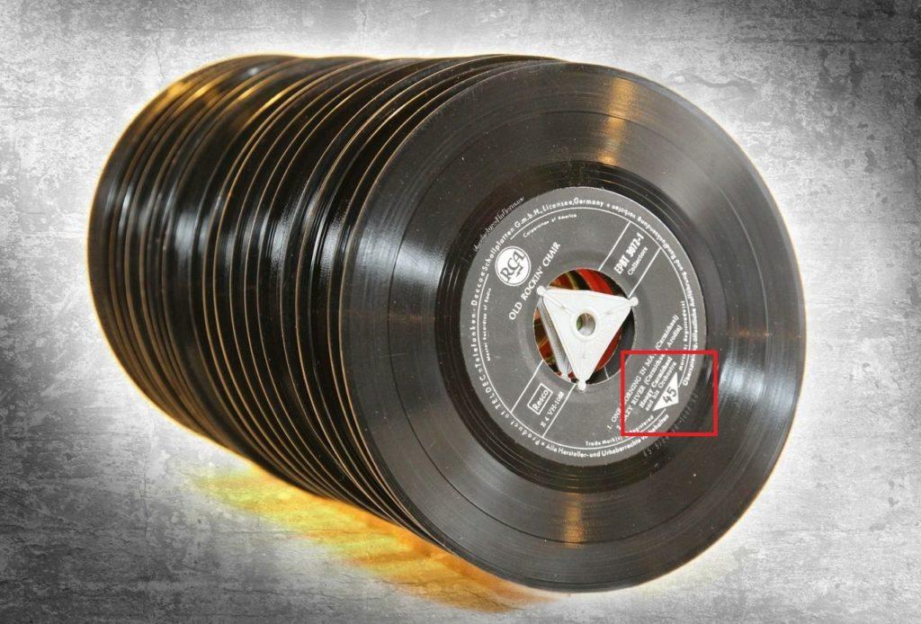 Die richtige Abspielgeschwindigkeit ist auf dem Label der Schallplatte zu finden - hier 45 U/min